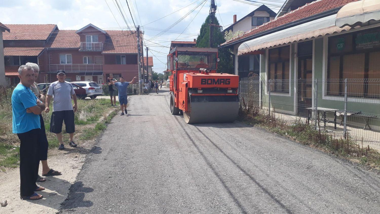Grad im besplatno obezbedio grebani asfalt da ne gaze po blatu, a oni se bune (VIDEO)