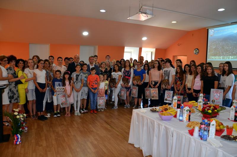 Za najbolje učenike i studente 15 000 i 20 000 dinara