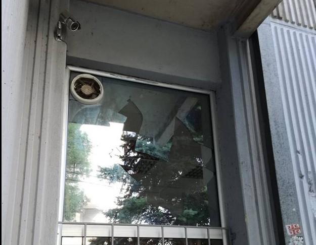Razbijeni prozori na redakciji Niških Vesti