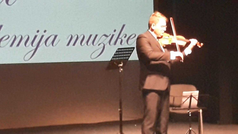 Trenutno najpopularniji svetski violinista Valerij Sokolov ostavio Leskovčane u šoku (VIDEO)
