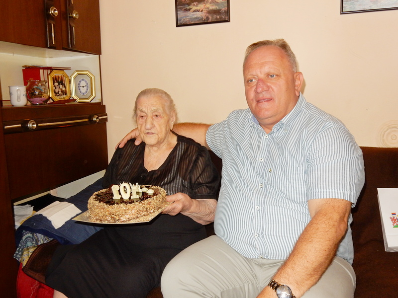 Cvetanović s tortom, cvećem i poklonima čestitao Danici Bulatović 101. rođendan (VIDEO)