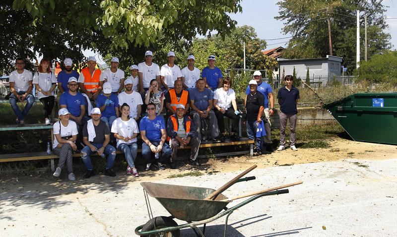 Migranti i građani zajedno uredili školsko dvorište