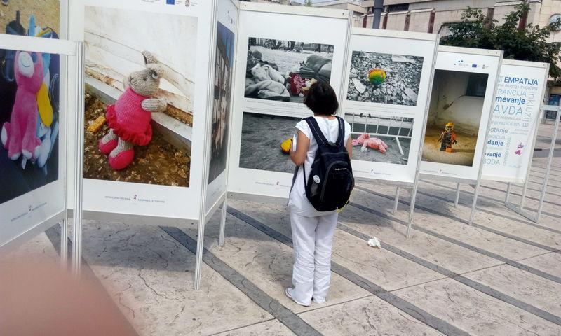Izložba fotografija igračaka dece migranata na trgu u centru Pirota