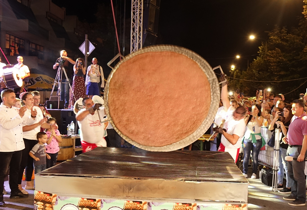 ROŠTILJIJADA Novi rekord u Leskovcu, PLJESKAVICA od 66,1 kilogram (FOTO, VIDEO)