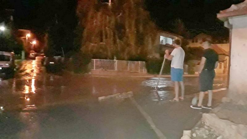 Pukla cev i poplavila tri ulice, ugrožena domaćinstva