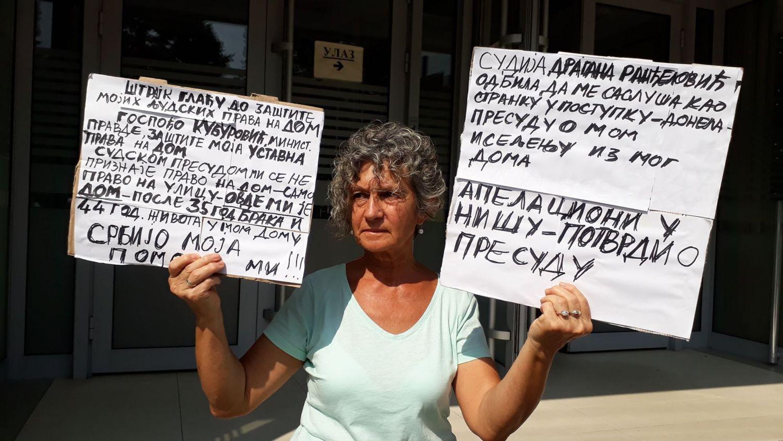 """Sudije je izbacili na ulicu, sada ona štrajkuje pred njihovom """"kućom"""""""