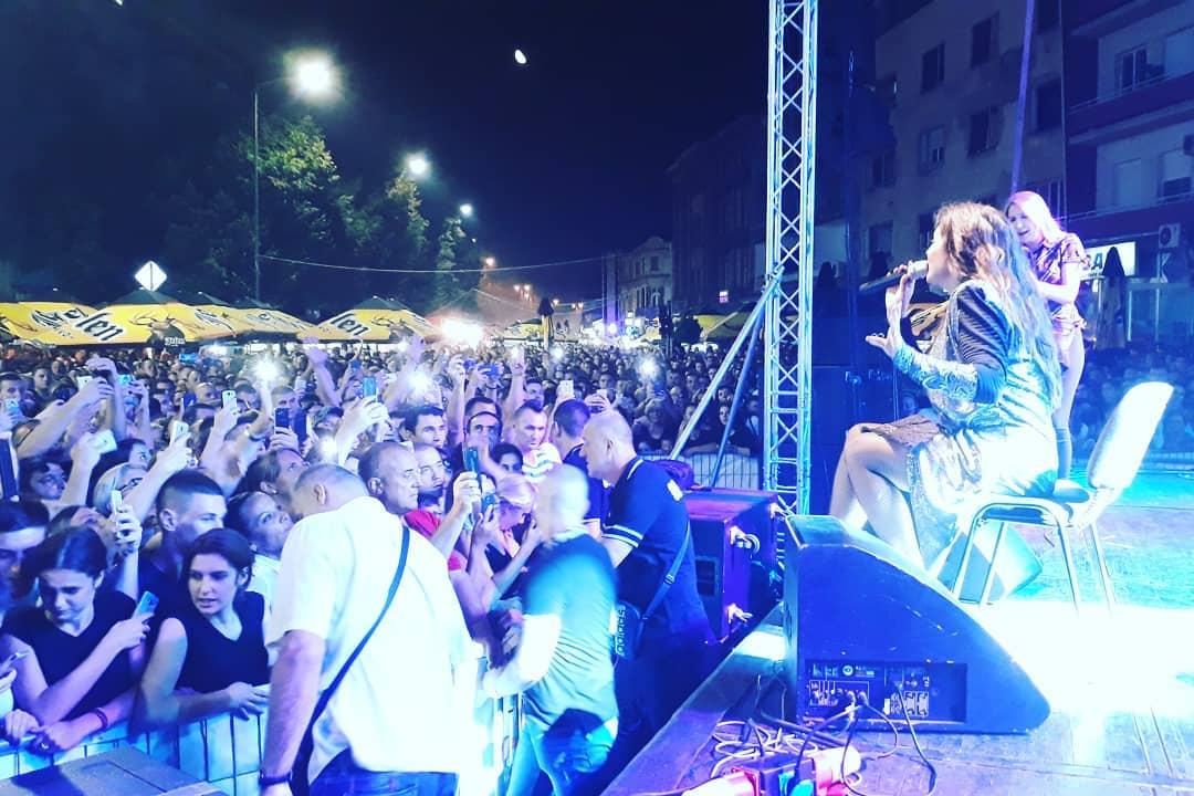Na koncertu Dragane Mirković i na ROŠTILIJADI večeras oko 80.000 ljudi (VIDEO)