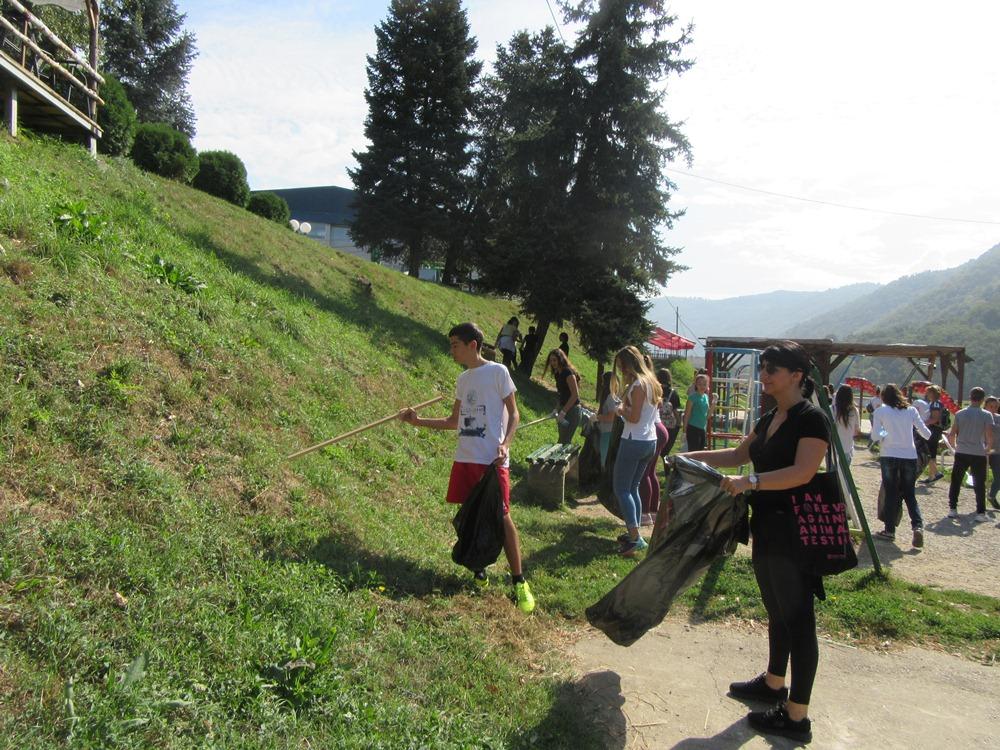 Više od 100 volontera prikupljalo smeće u Vlasotincu i Medveđi