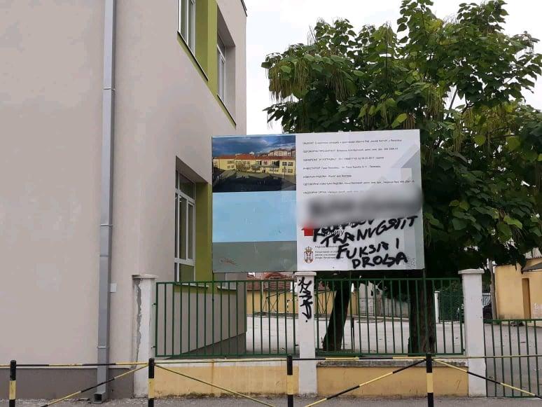 """Grafitima brutalno izvređali glavnu inženjerku radova na Osnovnoj školi """"Josif Kostić"""", đaci u klupe tek sledeće godine"""