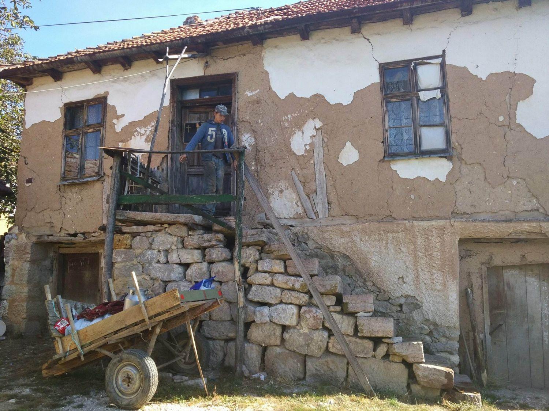Srpski Haklberi Fin: Šesnaestogodišnji Jovan živi sam, u polusrušenoj kući bez struje
