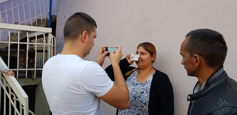 REDOVI Čekaju da budu fotografisani sa ličnom kartom za nadoknadu od 500 dinara