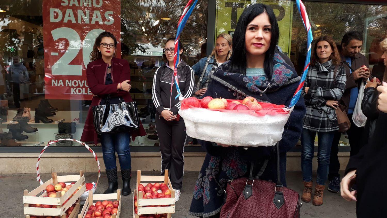 Omladinci SNS-a delili jabuke Leskovčanima