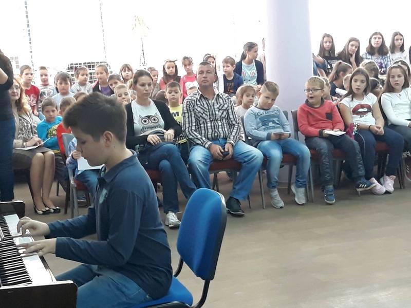 """Učenici Muzičke škole """"Stanislav Binički"""" svirali za đake prvake"""