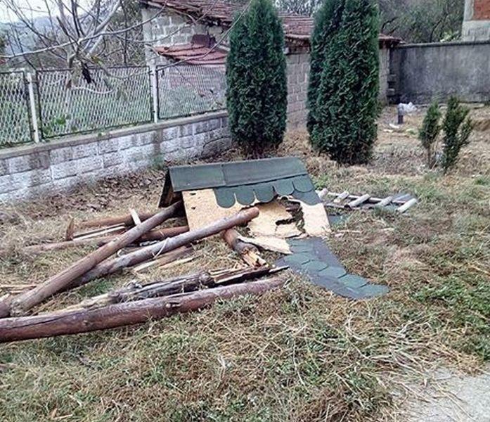 Vandali polomili sve rekvizite na dečjem igralištu