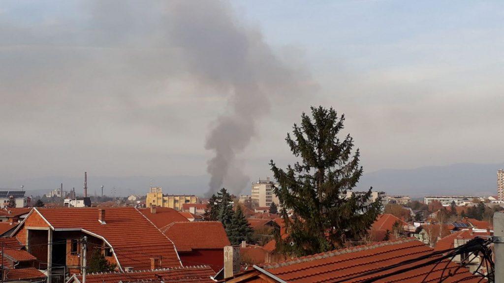Gori strnjište kod Delfija, dim vidljiv iz celog grada uznemirio Leskovčane