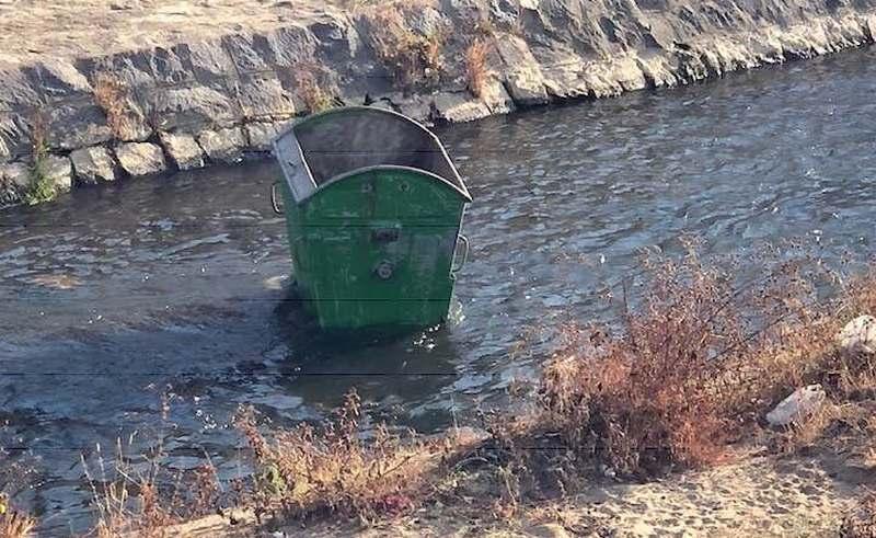 Kontejneri u Leskovcu i dalje PO NAVICI završavaju u reci
