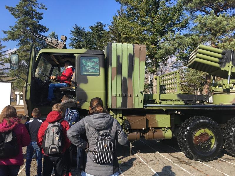 """Mališani se družili sa vojnicima u sklopu akcije """"Otvoreni dan"""""""