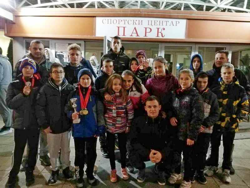 PK Leskovac: 15 plivača osvojila 18 medalja i 2 pehara