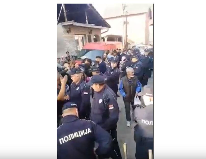 Zbog isključenja struje neredovnim platišama u Podvorcu radnike Elektrodistribucije branilo 30 policajaca