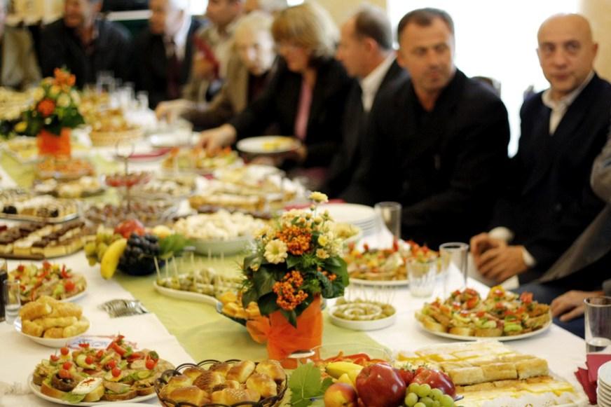 SEZONA SLAVA Prijateljsko čavrljanje za trpezom, a gosti… kakvi su takvi su – naši su