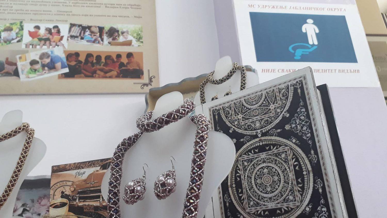 Danas prodajna izložba u leskovačkoj biblioteci: Kupite nakit, POMOZITE MS udruženju