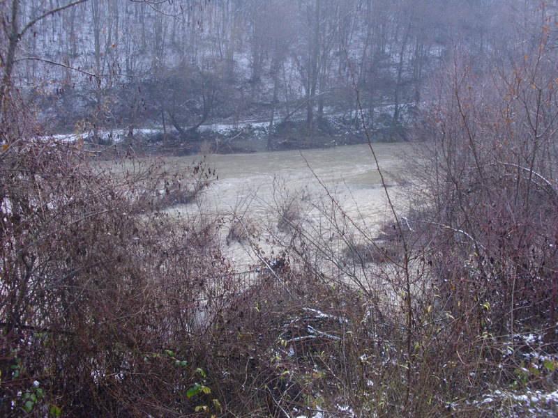 Bez vode desna obala Vlasine i tri sela