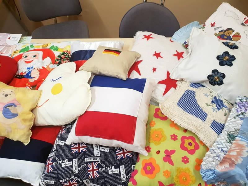 Prodajom jastuka pomažu drugarici