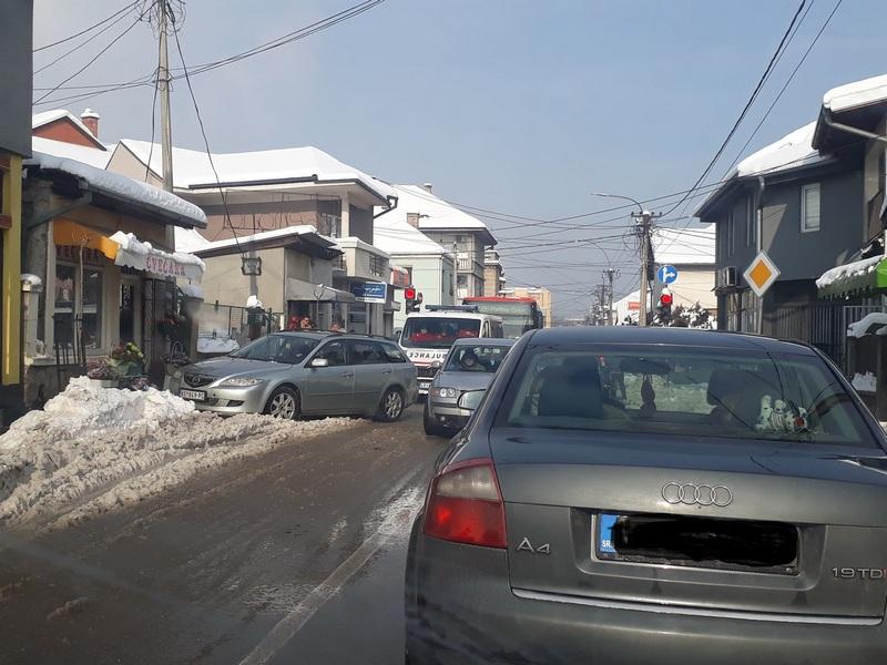 TOTALNI BEZOBRAZLUK Parkirao nasred ulice i blokirao vozilo Hitne pomoći