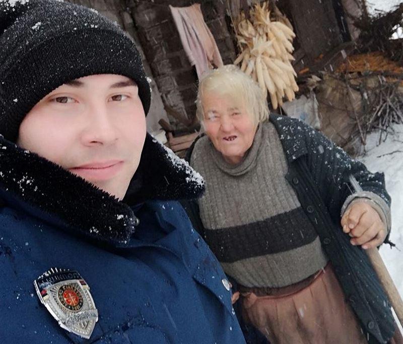 Znao je da je baka Stanka zavejana, bez vode i ogreva, nije ni skinuo uniformu već otrčao da joj pomogne