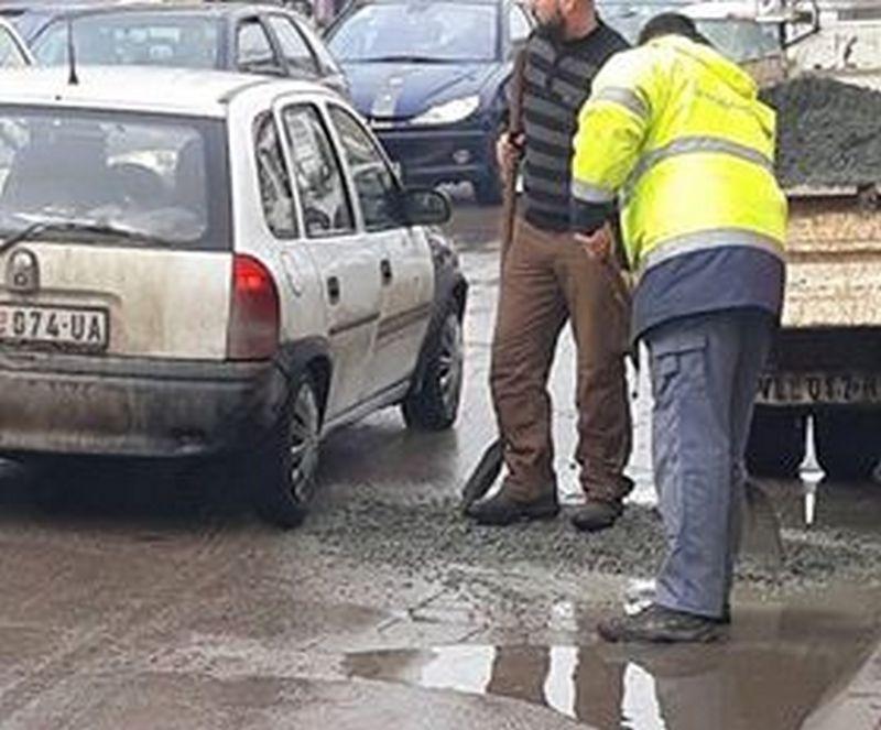 Napuni rupu asfaltom, pa udri lopatom po njoj – nova metoda krpljenja saobraćajnica