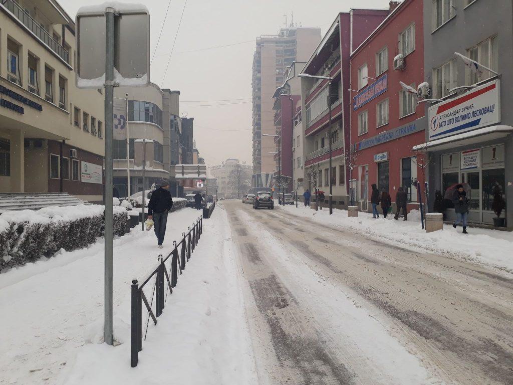 Zavejana Crna Trava, u Leskovcu sve što se očisti odmah pokrije sneg