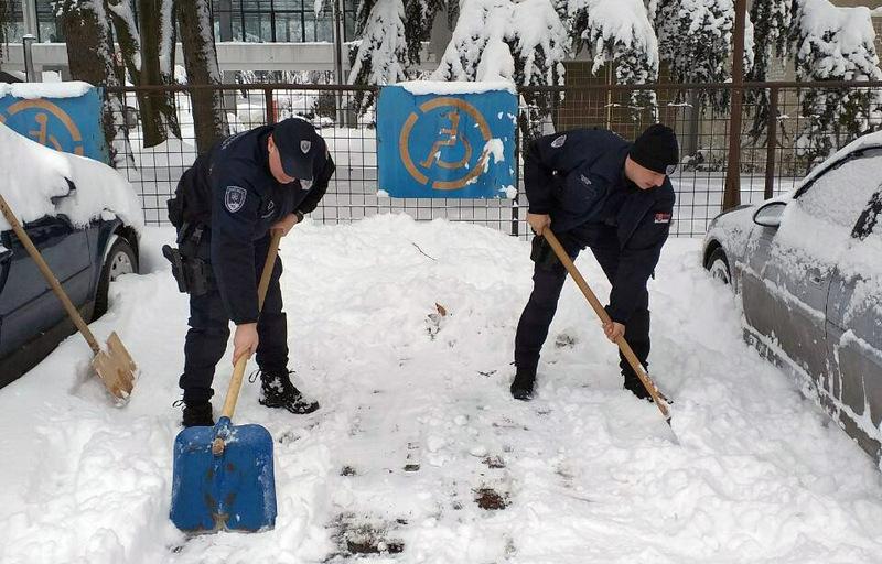 Policajci čiste i sneg