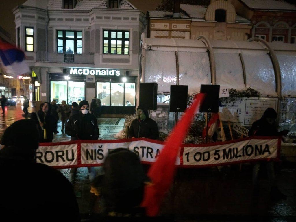 Na protestu u Nišu sa gas maskama na licu (UŽIVO)