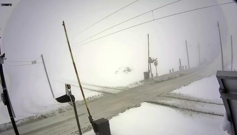 Ni stravična nesreća, ni spuštena rampa nisu dovoljan razlog da se vozači zaustave (VIDEO)