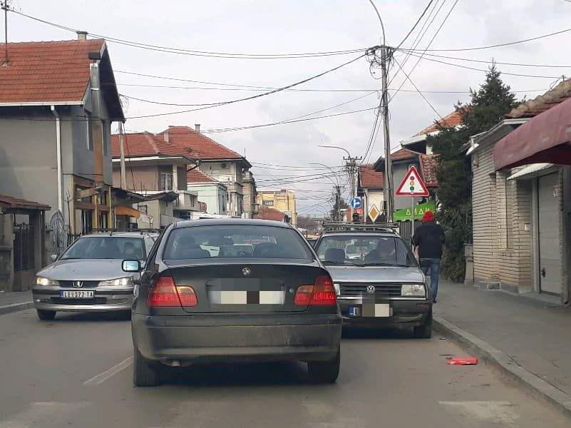 UMALO TUČA: Koliko moraš da budeš bezobrazan da bi ovako zakrčio saobraćaj?