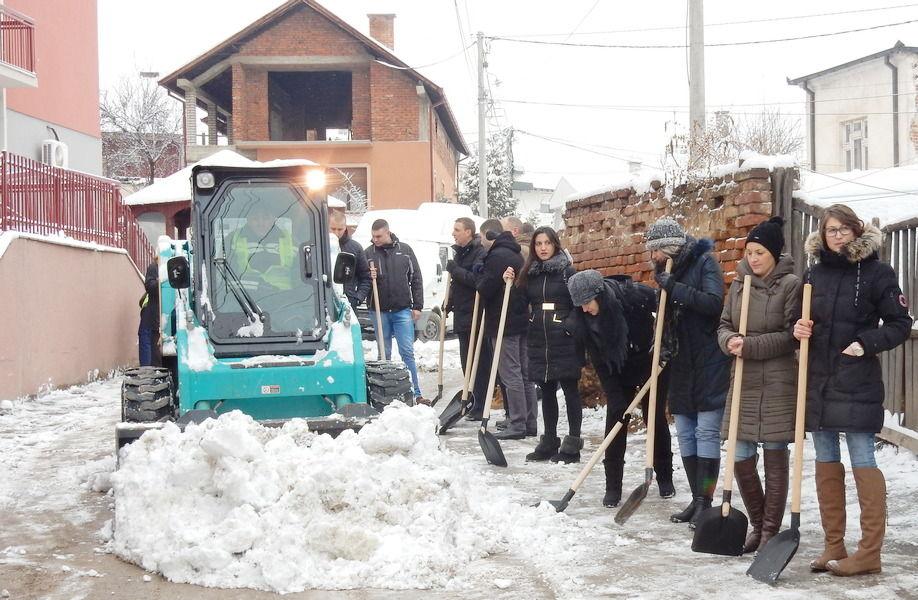 LOPATE U RUKE Mladi očistili sneg ispred Doma za stare