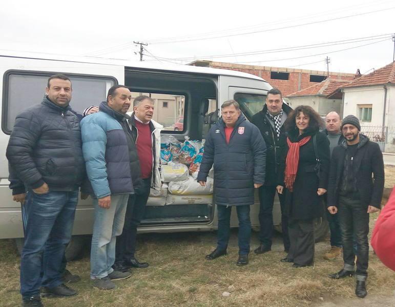 Novica Tončev donirao paketiće i brašno Romima iz Pirota