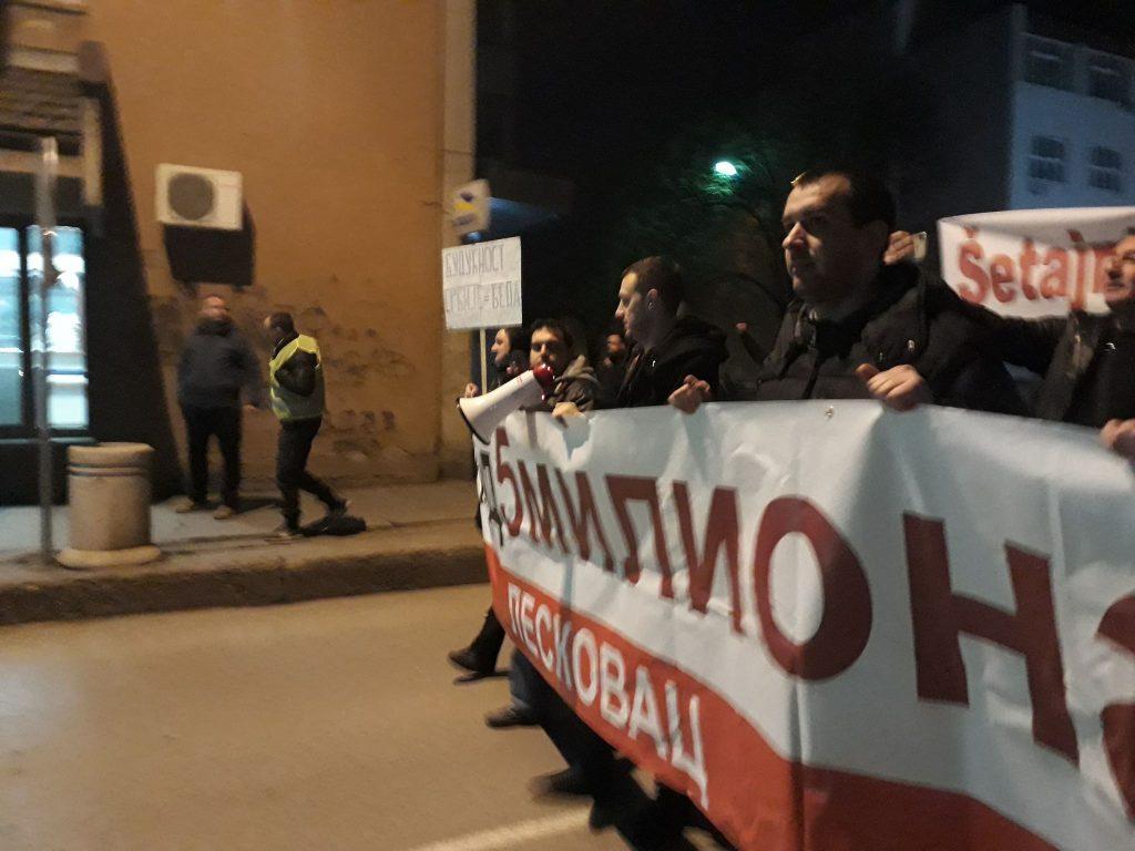 Protestantima u Leskovcu gasili svetlo ispred zgrade SNS-a