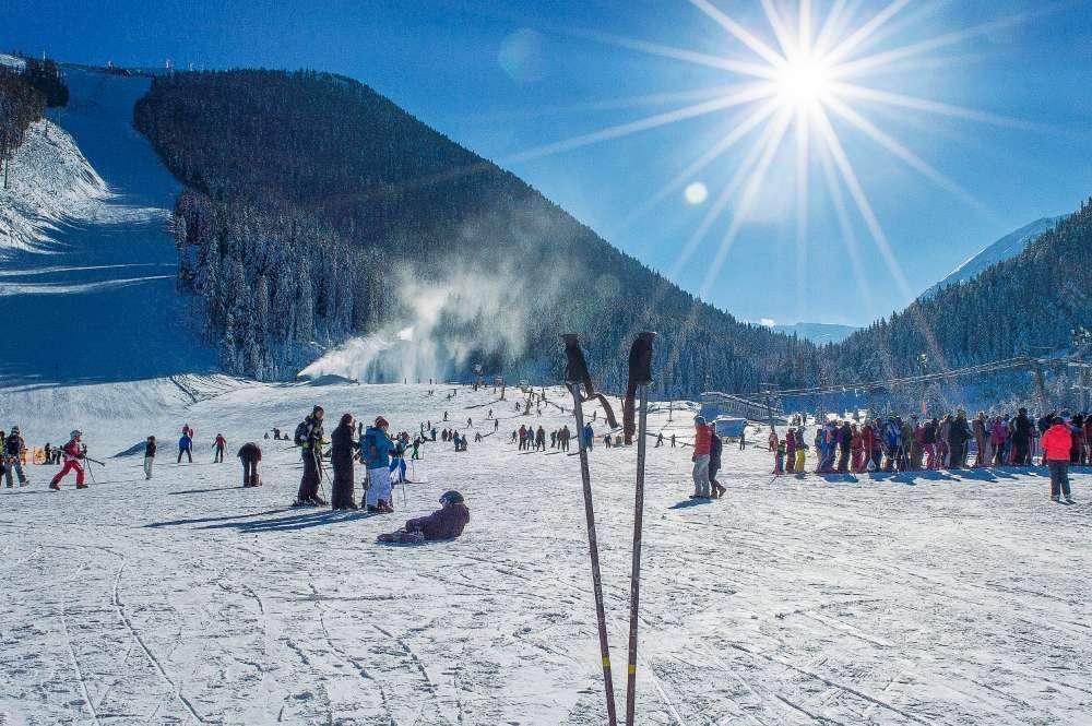 Leskovčani okupirali Bansko, skijanje u Bugarskoj jeftinije nego na našim planinama