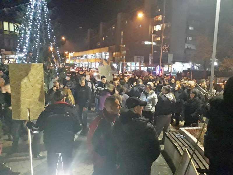 Počeli protesti i u Leskovcu, na skupu svi lokalni lideri Saveza za Srbiju (VIDEO)