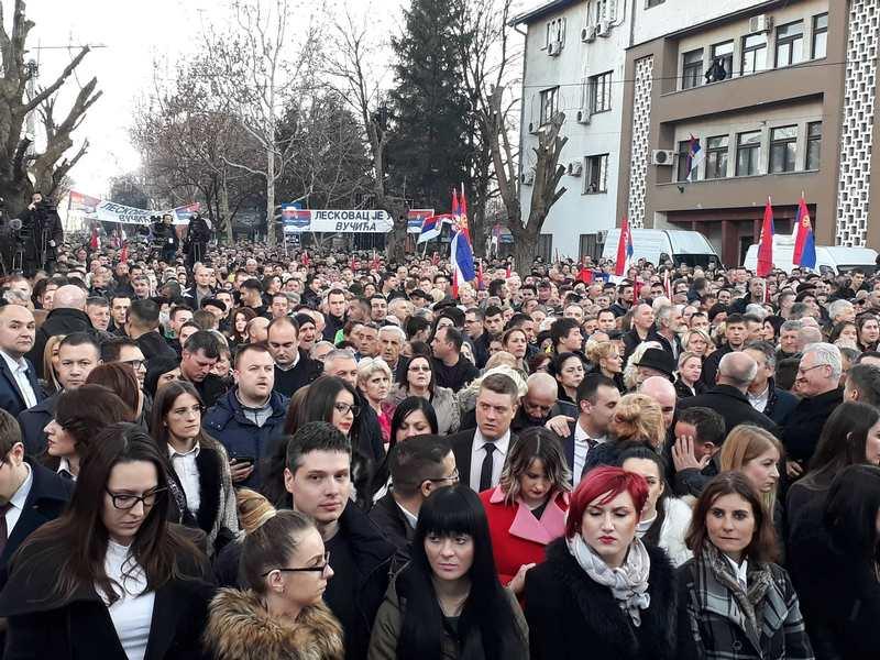 Leskovac blokiran, na hiljade ljudi se skuplja ispred bine sa koje će obratiti Vučić