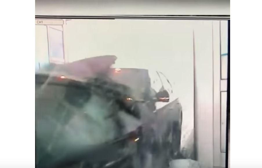 TRENUTAK UŽASA Pojavio se snimak kako Babićev automobil udara u kola na naplatnoj rampi kod Doljevca(VIDEO)