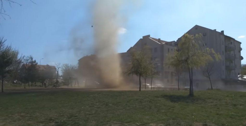 Tornado usred Niša napravio haos na dečjem igralištu (VIDEO)