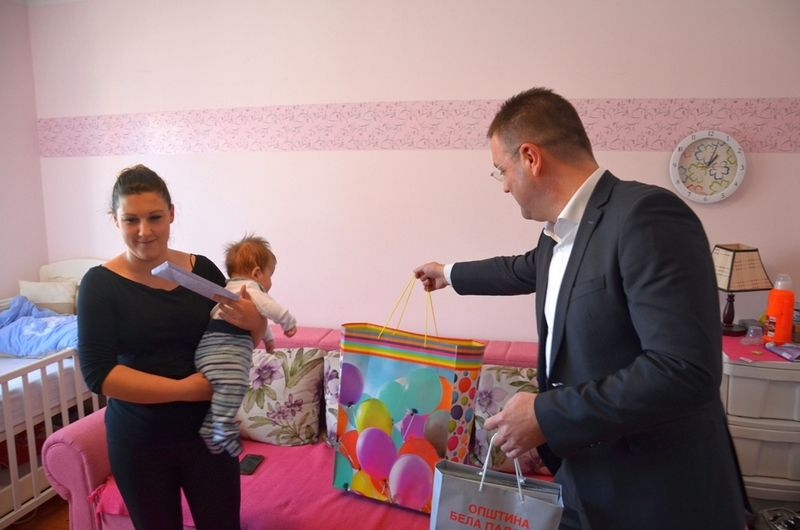"""Uručeni prvi paketi za bebe u kampanji """"Da se novi život rodi"""""""