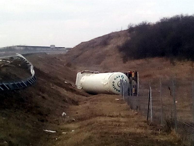 Cisterna sa tečnim gasom sletela sa autoputa