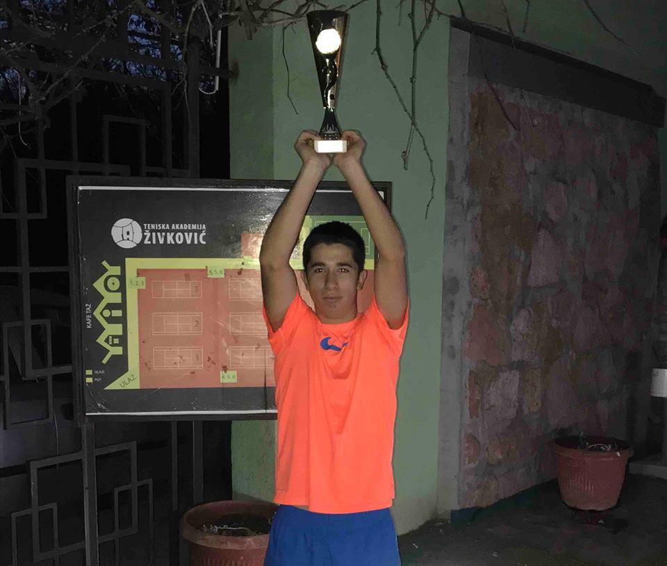 Trofej Kupa Srbije u rukama Luke Stefanovića