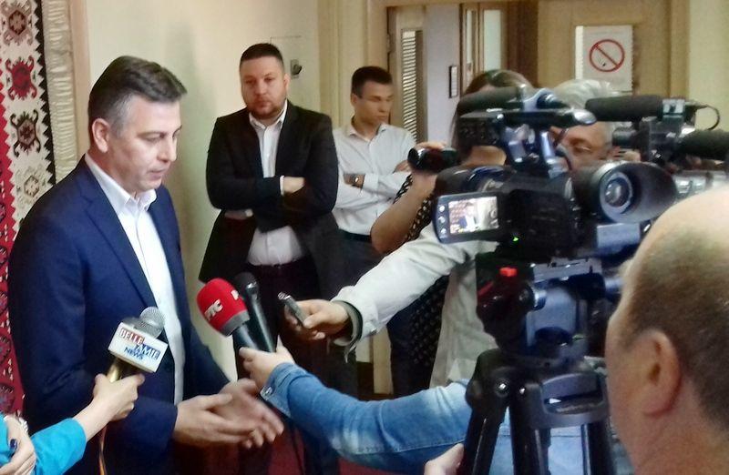 BURAN DAN U PIROTU Ispred Skupštine protesti, unutra nasrtaj na gradonačelnika Vasića