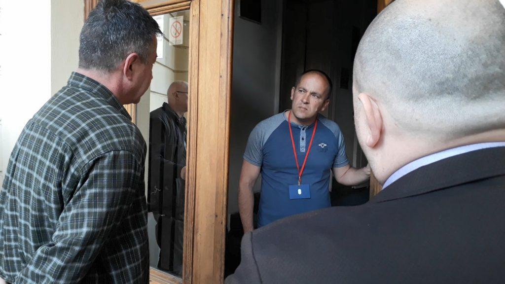 Odbornici opozicije pokušali da deo konferencije održe u zgradi Skupštine grada Leskovca, sprečilo ih obezbeđenje (VIDEO)