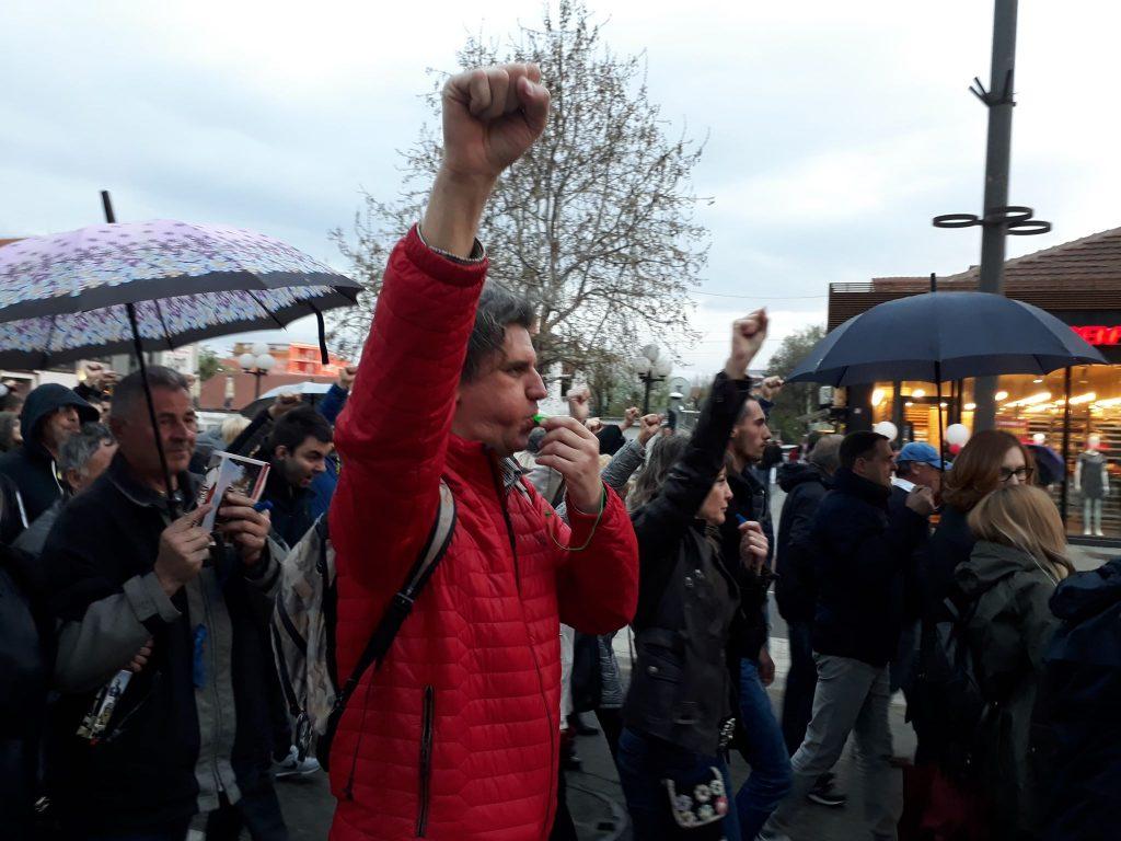 Rangelovljeva poruka opoziciji uz podignutu pesnicu na protestima: Pali ste na testu! (VIDEO)
