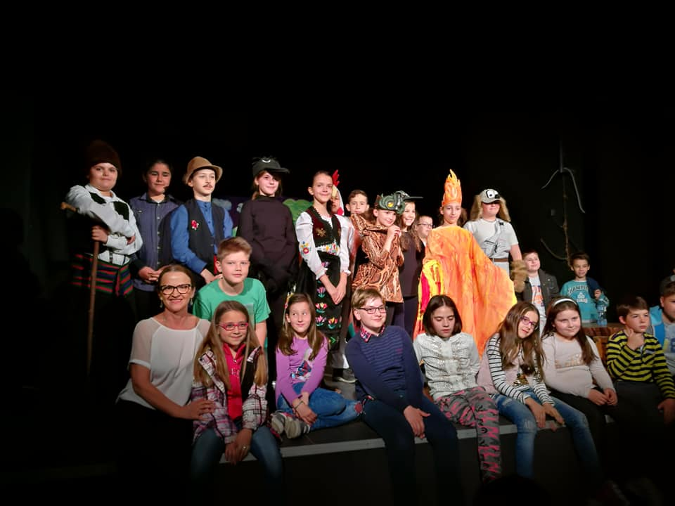 Mali glumci humanitarnom predstavom pomažu drugarici iz odeljenja